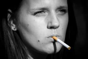 femme avec une cigarette à la bouche